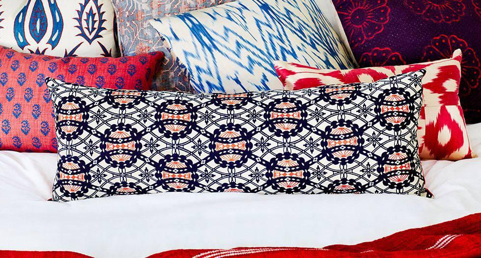 Разные принты на декоративных подушках в интерьере спальни