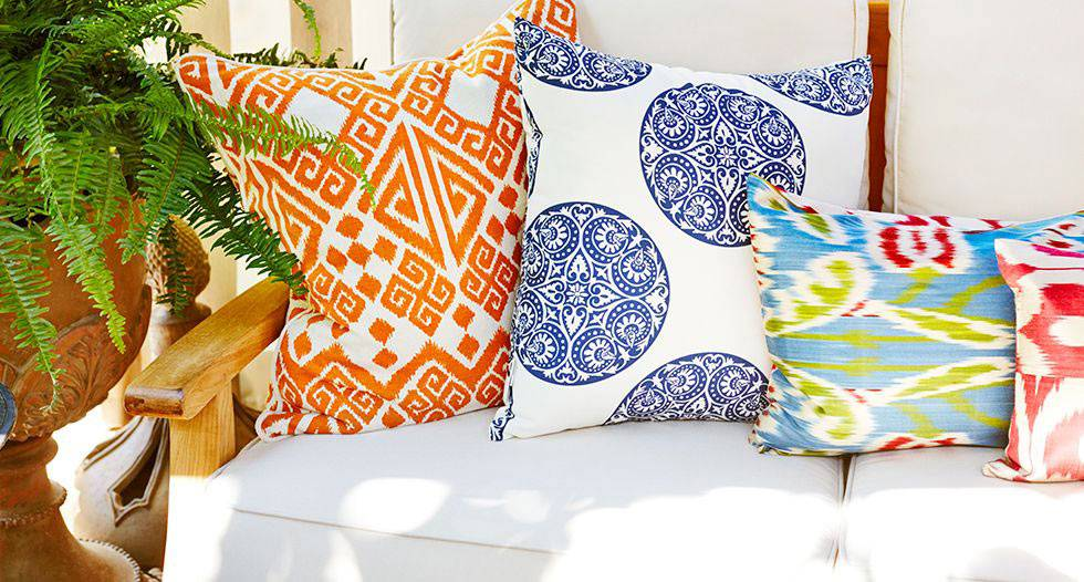 Яркие декоративые подушки как акцент в интерьере спальни