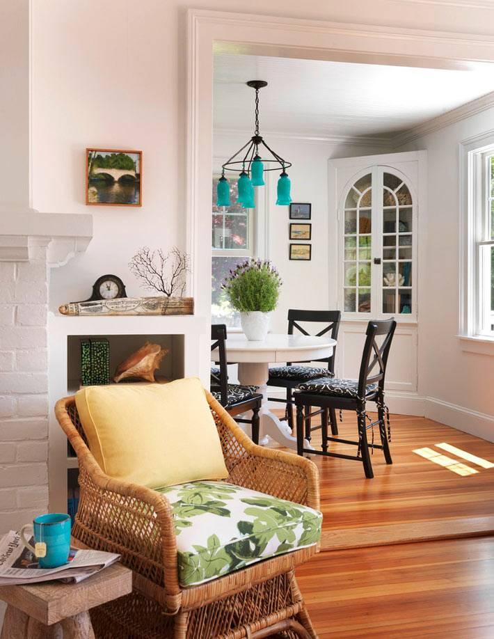бирюзовая люстра - акцентное пятно в интерьере дома