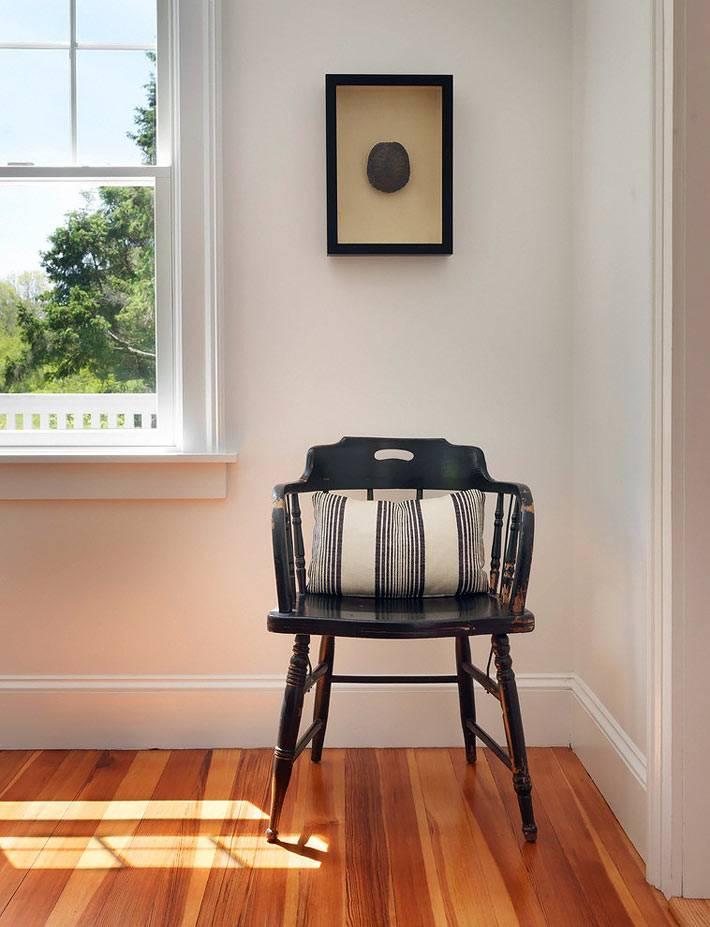 черный венский стул в дизайне интерьера коттеджа