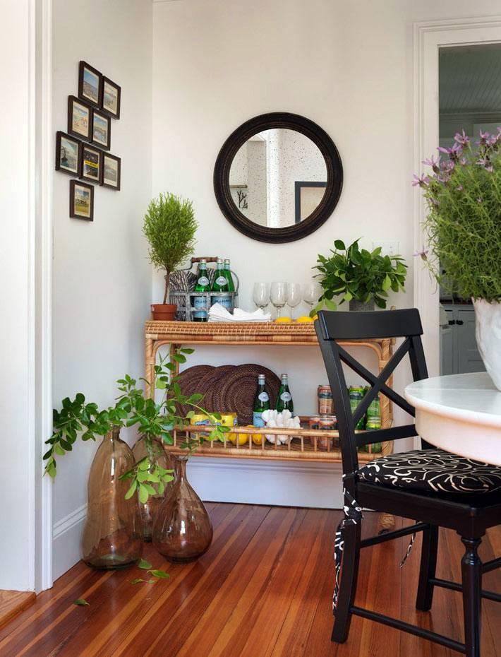 плетёный столик из лозы с домашним мини-баром