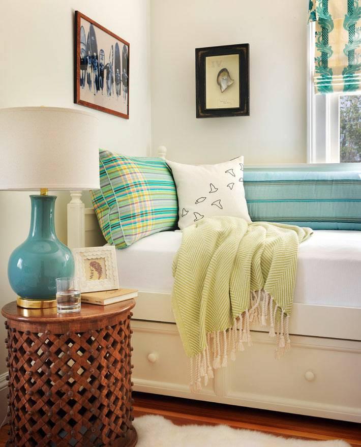 мягкий диванчик - уютное место у окна в доме фото