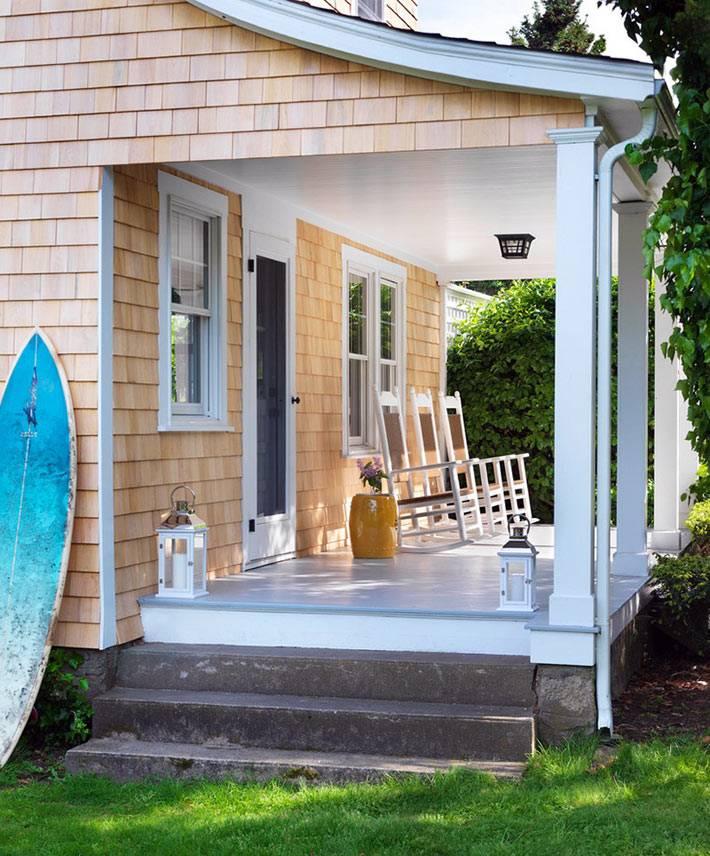кресла-качалки на крыльце дома для отдыха
