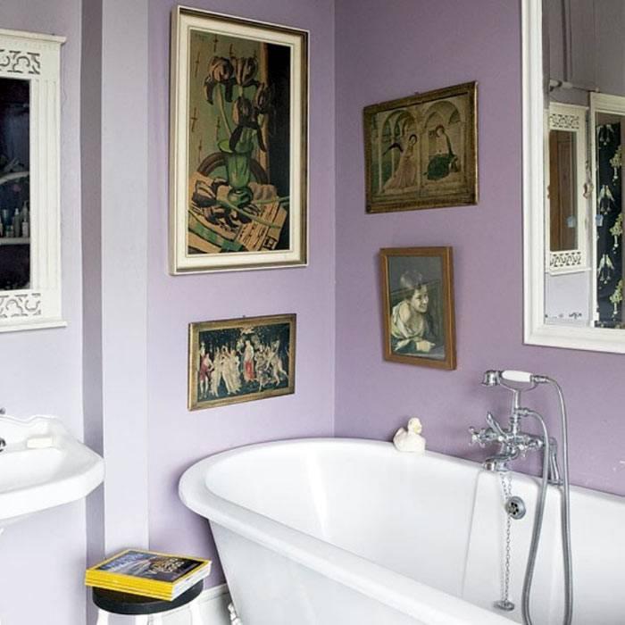 Фиолетовый интерьер ванной с картинами на стенах