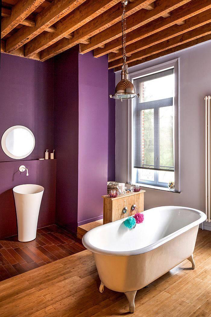 Насыщенный фиолетовый цвет на стенах ванной комнаты