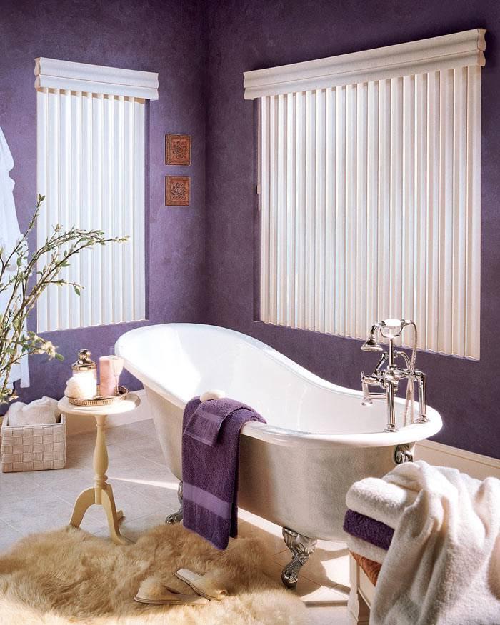 Красивый интерьер ванной комнаты с фиолетовыми стенами