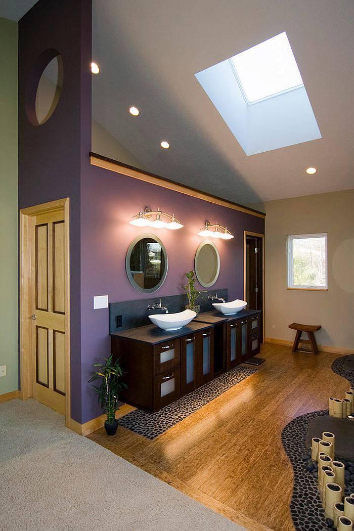 мансардная ванная комната фиолетового цвета