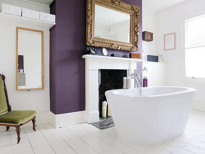 Интерьер ванной комнаты белого цвета с акцетной стеной фиолетового цвета