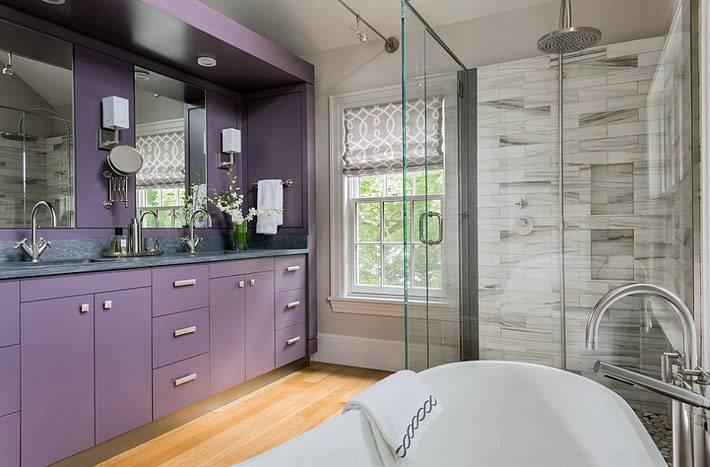Современный дизайн ванной комнаты с фиолетовым шкафом