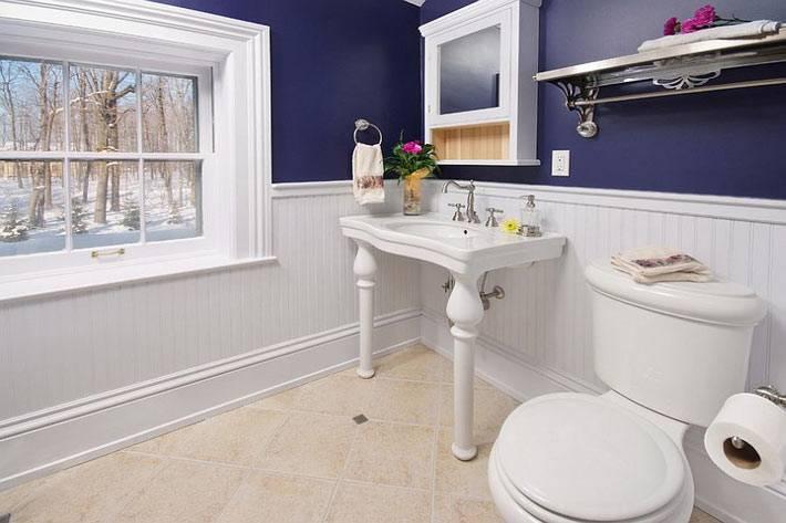 красивая темно-фиолетовая ваннная комната с окном