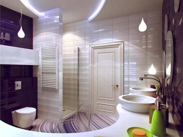 Ультрасовременные элементы в дизайне ванной комнаты с фиолетовой стеной