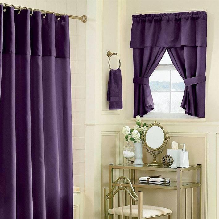 фиолетовый текстиль в ванной комнате