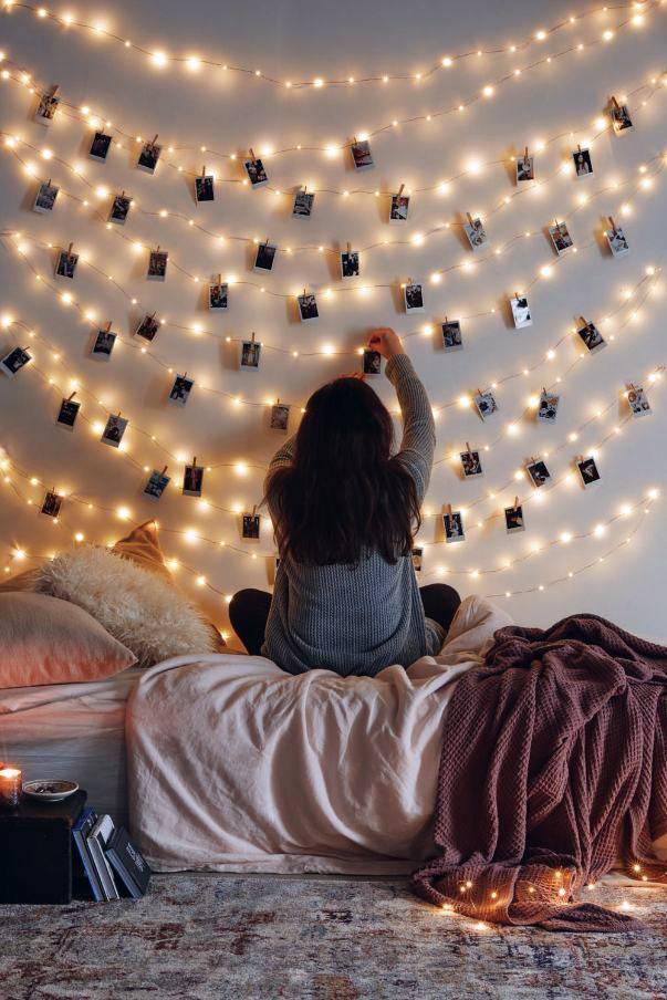 фотографии на гирлянде над кроватью