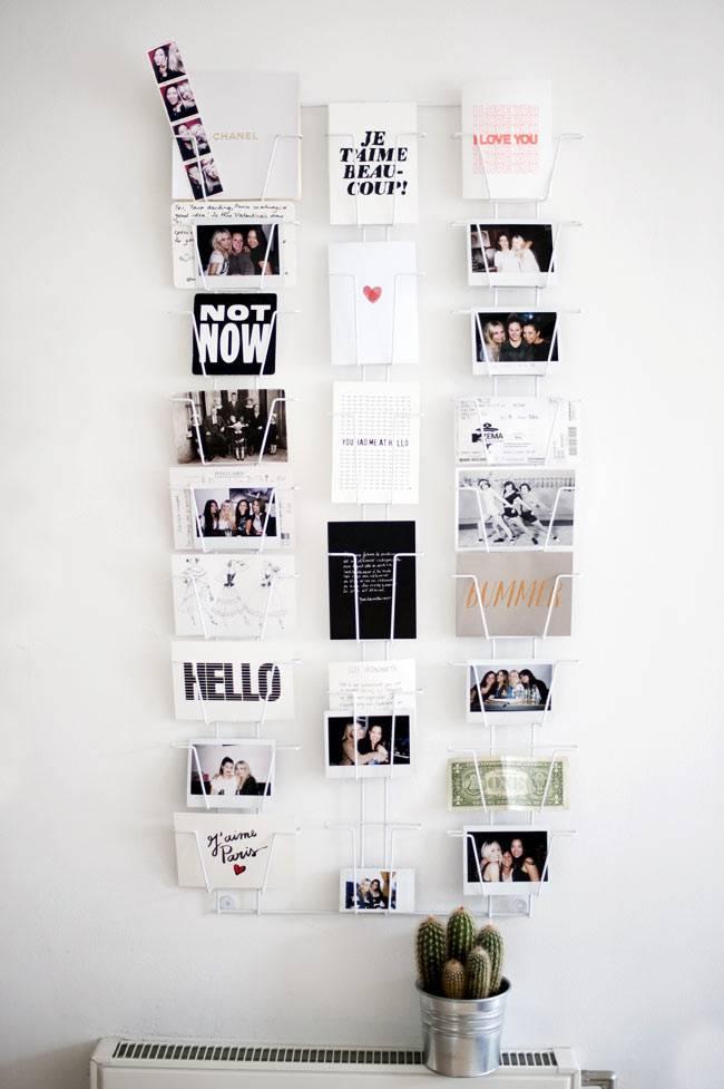 фотографии на подставке на пустой стене в квартире