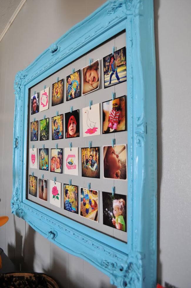 синяя рамка с фотографиями в интерьере