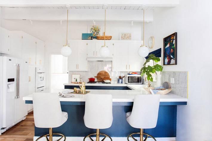 дизайн интерьера кухни в белом и синем цветах фото