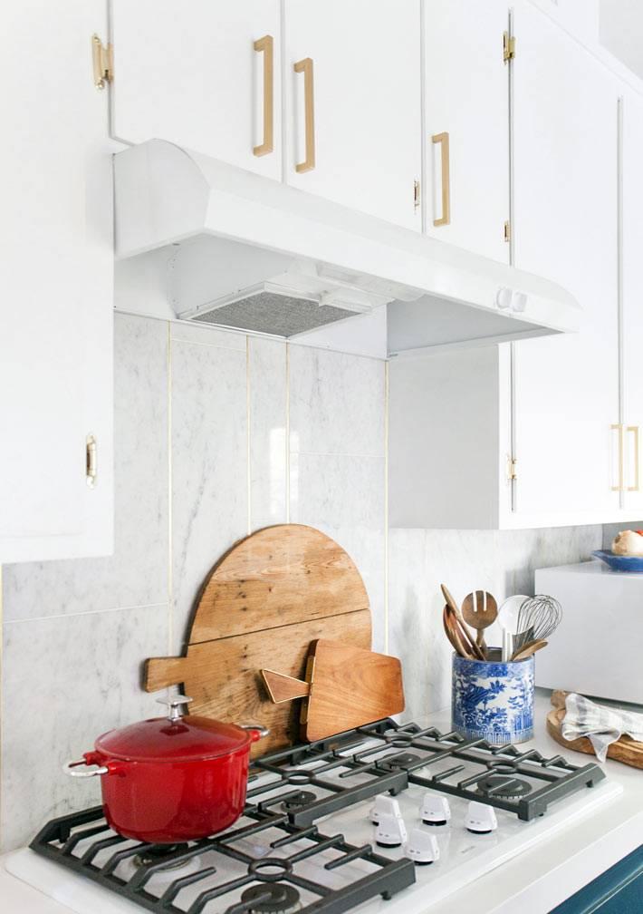 белая кухня с золотой фурнитурой от Emily Henderson