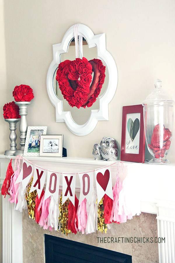 праздничное украшение камина с гирляндами и сердцами фото