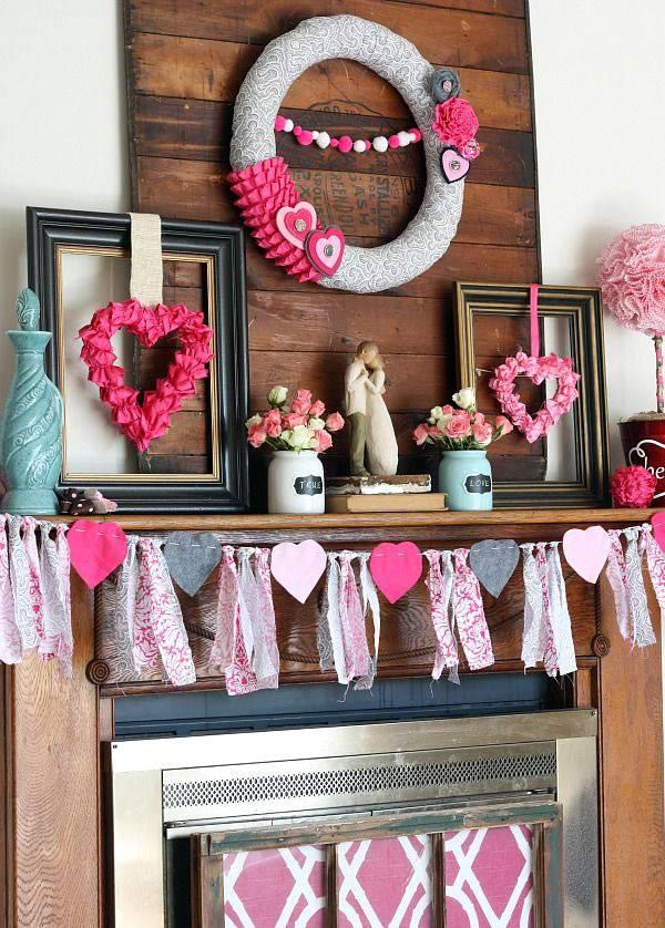 веночки из сердечек и гирлянды украшают интерьер дома
