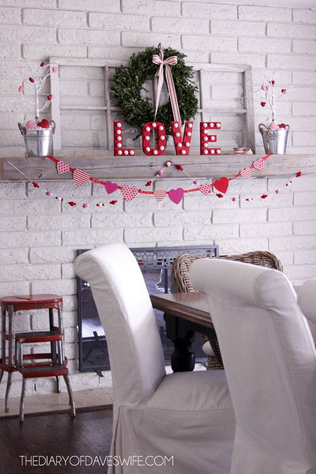 как украсить полку над камином к празднику Всех влюблённых фото