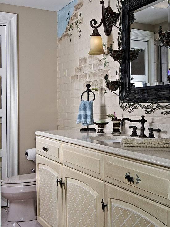 Белая кирпичная кладка на стенах в ванной комнате
