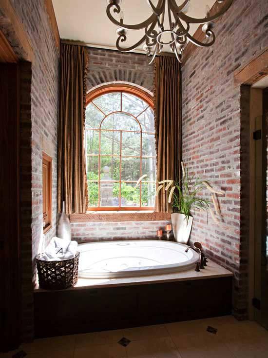 Кирпичные стены в интерьере ванной комнаты
