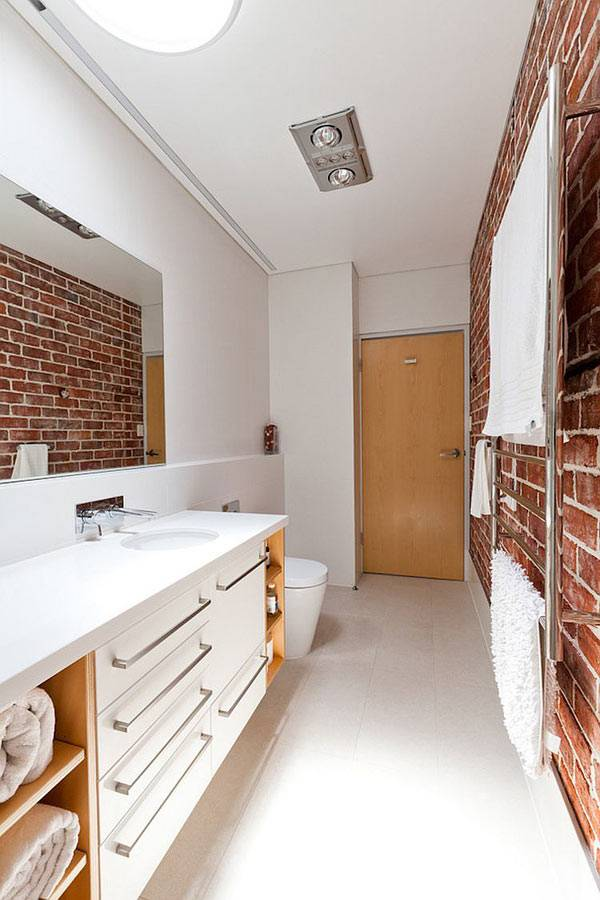 стена из красного кирпича в дизайне ванной комнаты