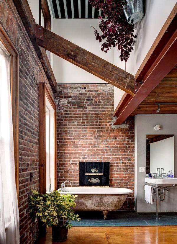 стены из необработанного кирпича в помещении ванной комнаты
