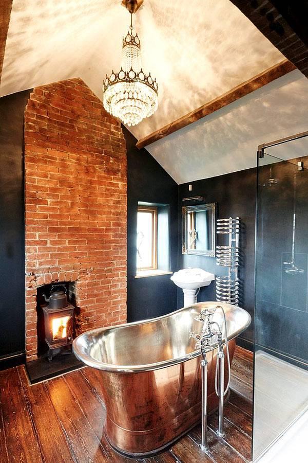 Сочетание кирпичной кладки и черных стен в интерьере ванной комнаты