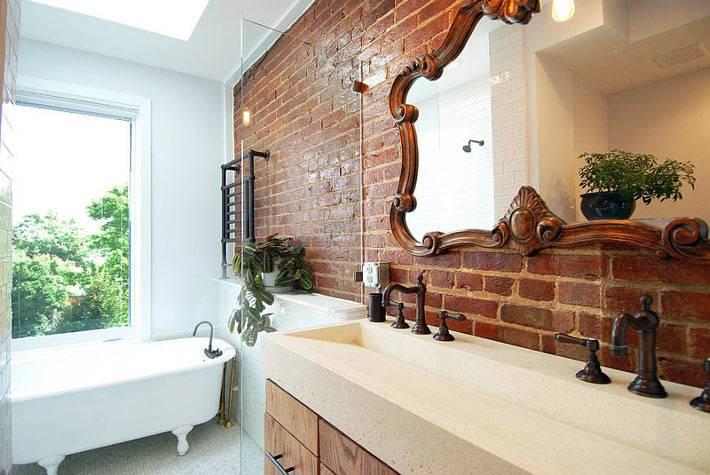 Красивый интерьер ванной комнаты с кирпичной стеной