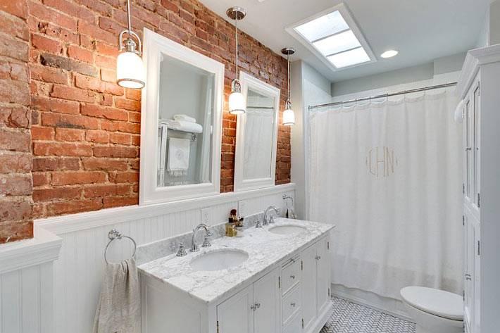 деревянные белые панели и кирпичная кладка в интерьере ванной