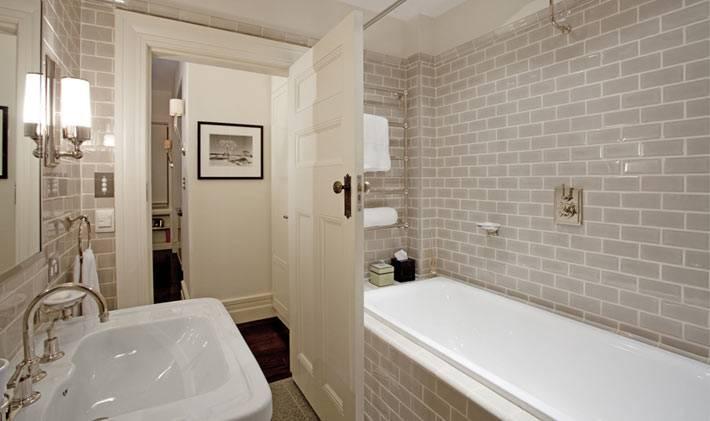 Имитация кирпичной стены с помощью плитки в ванной комнате
