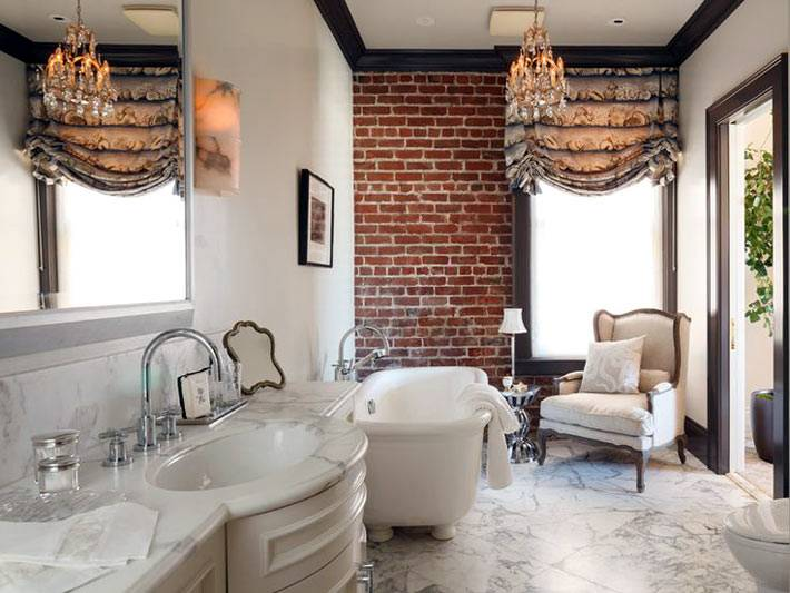 Роскошный интерьер ванной комнаты с одной кирпичной стеной