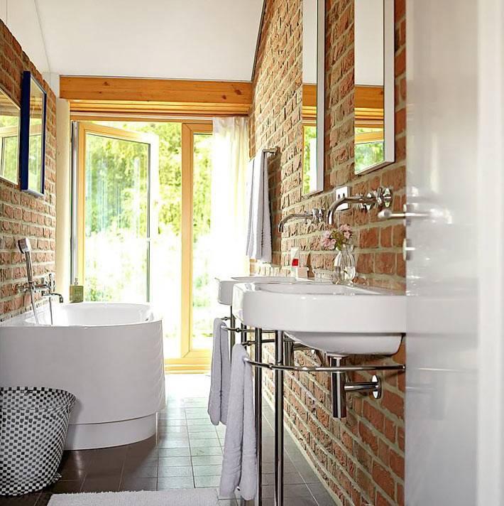Кирпичные стены в большой ванной комнате фото