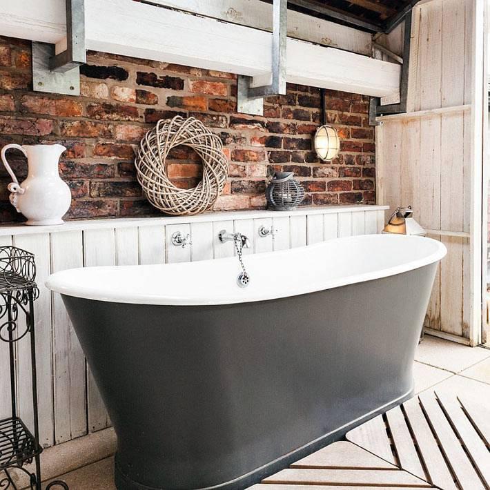 Кирпичная кладка на стенах ванной комнаты в стиле прованс