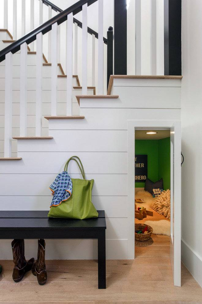 Дополнительная комната под лестницей фото