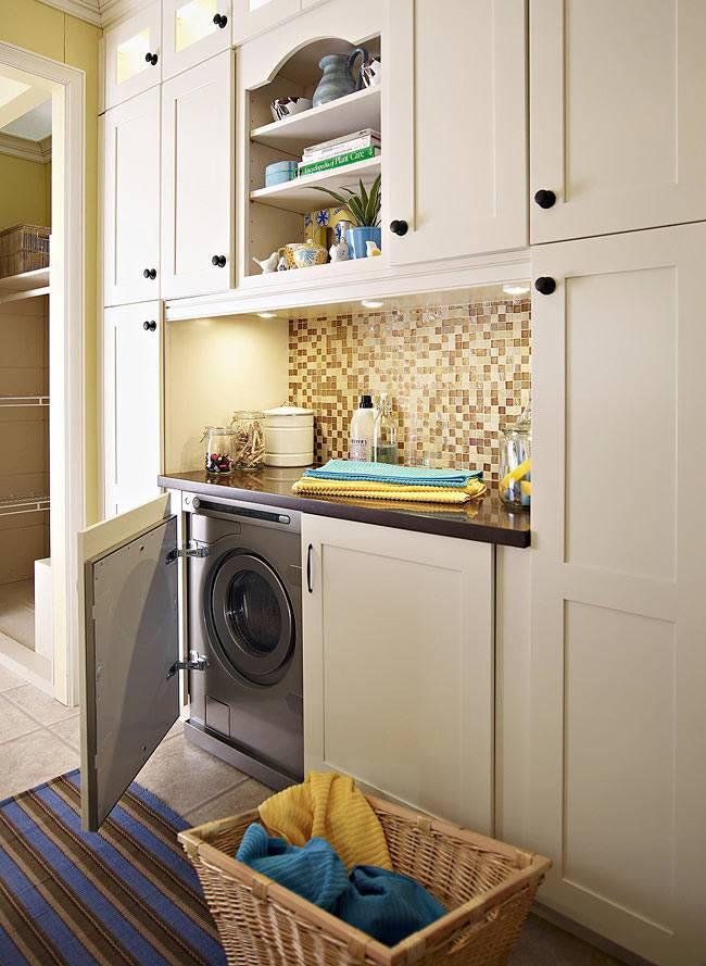 прачечная комната со встроенной мебелью для хранения