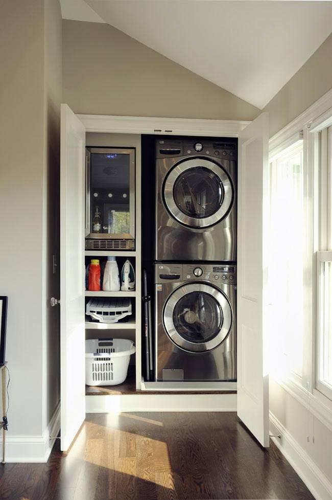 закрытый белый шкаф со стиральными машинами для стирки