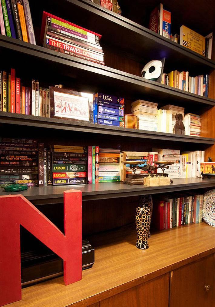 Вместительный книжный стеллаж в интерьере гостиной