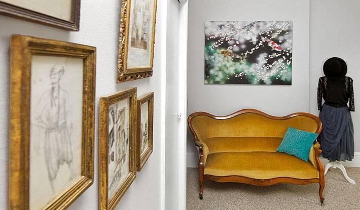 Рамы для картин удачно сочетаются с винтажным диванчиком