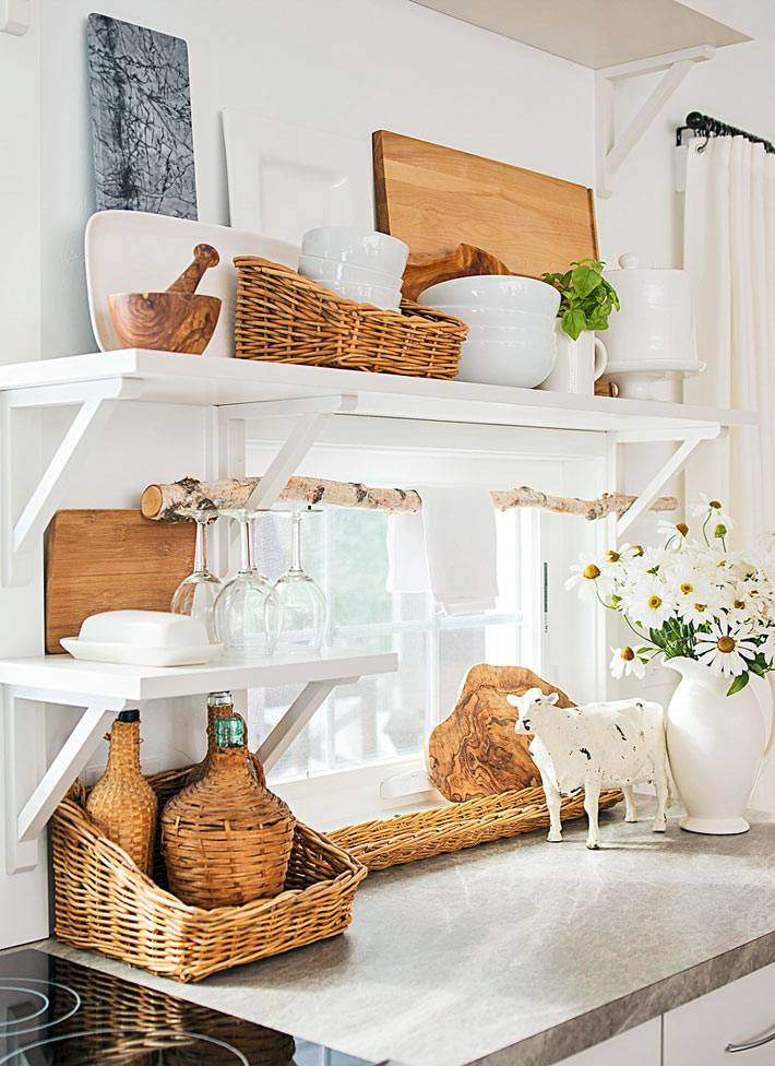 сочетание натурального девера и белого цвета в интерьере кухни
