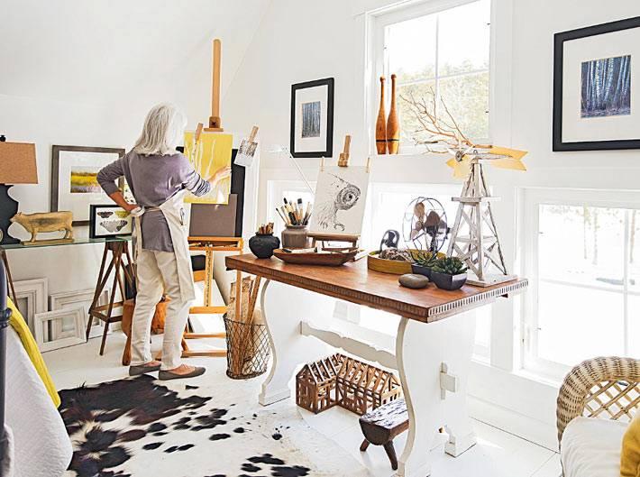 шкура на полу в дизайне интерьера мастерской художника