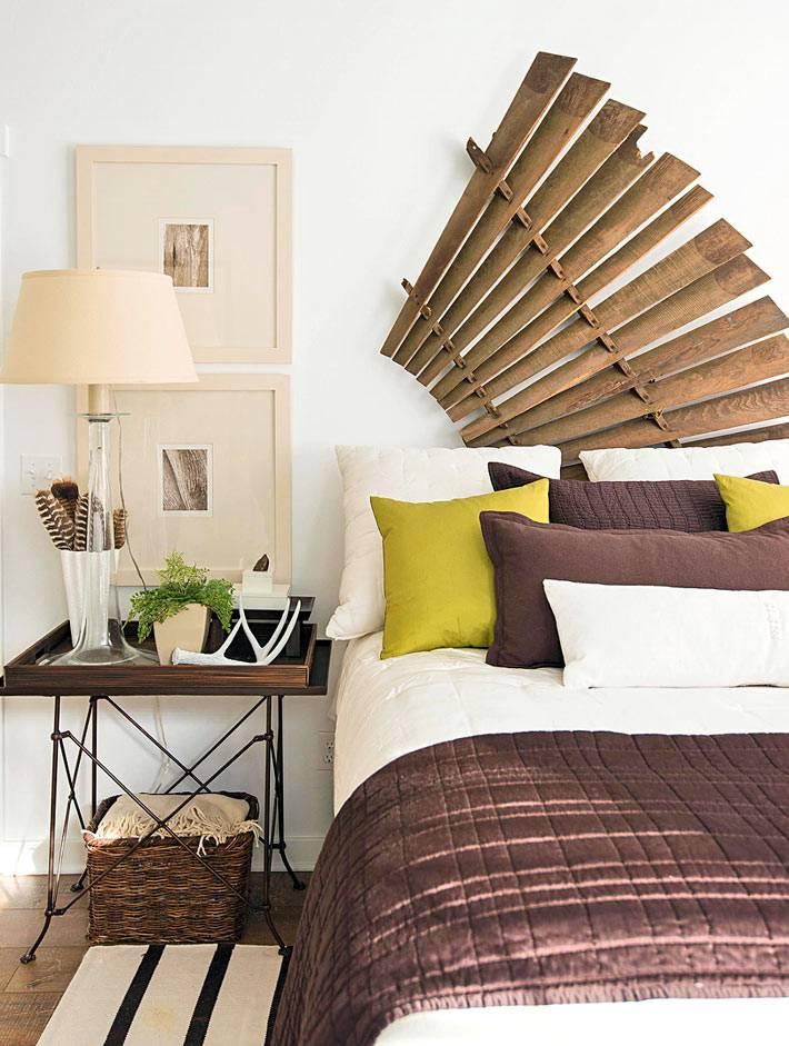 разложенный деревянный веер над кроватью в спальне