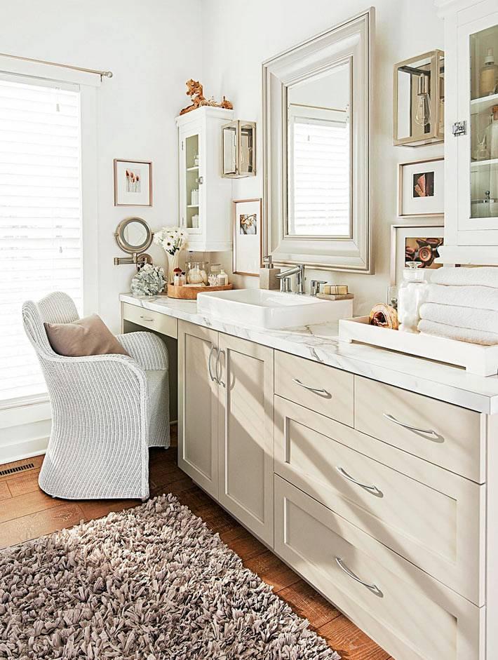 красивая мебельная группа бежевого цвета в ванной комнате