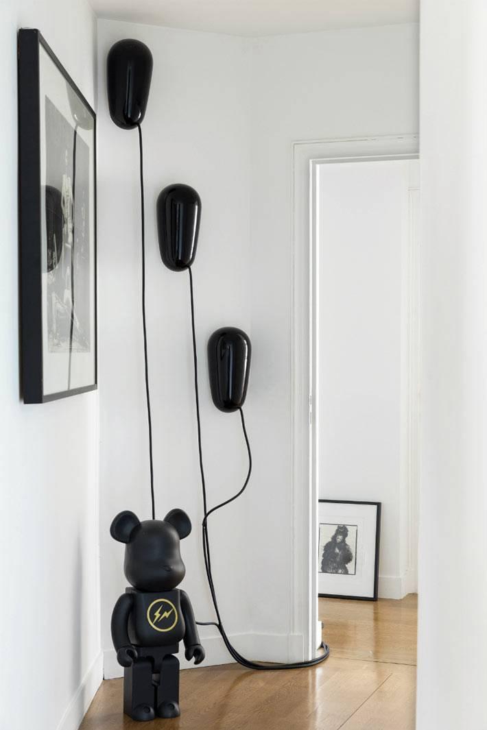 оригинальные светильники черного цвета в дизайне интерьера квартиры