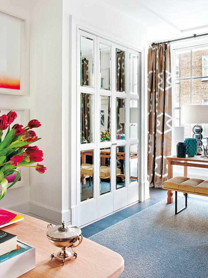 встроенный шкаф с зеркальным фасадом в интерьере гостиной