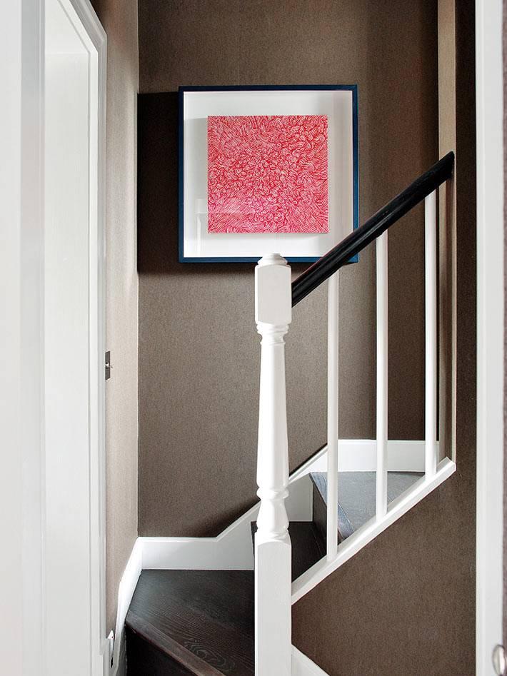 розовая картина на коричневой стене в интерьере фото