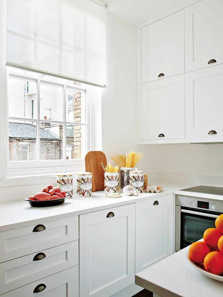 маленький интерьер белой кухни фото