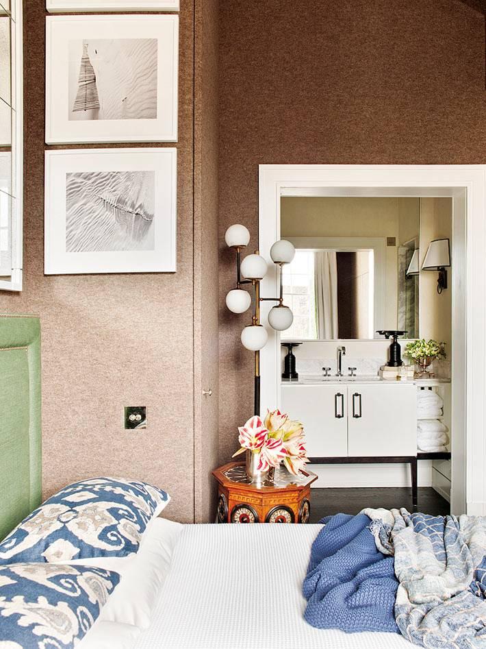 коричневый интерьер спальни с ванной комнатой