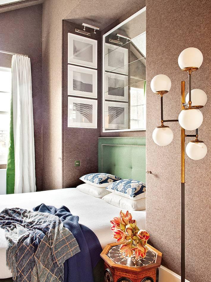 кровать с зеленым изголовьем в нише спальной комнаты
